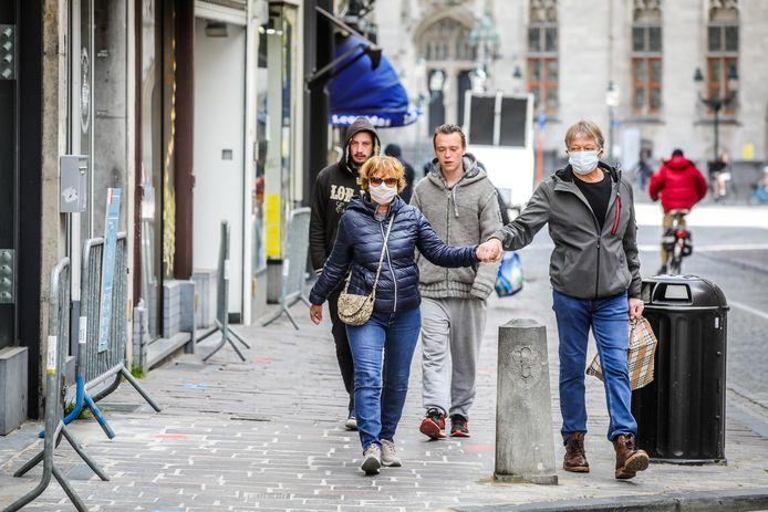 de eerste dag dat de winkels terug open zijn te Brugge