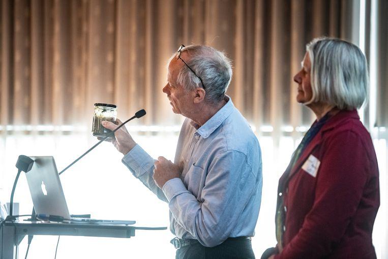 Onderzoeker Jelmer Buijs tijdens presentatie met potje met mest waar grote hoeveelheden bestrijdingsmiddelen in zijn gevonden. Beeld Koen Verheijden
