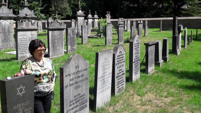 Marijke Wagenaar-Van Oss, naast de zerk van haar moeder op de Joodse begraafplaats in Oisterwijk