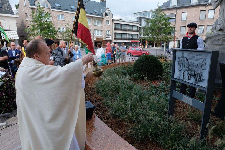Tijdens de herdenking van de Klokkenroof werd ook een gedenkplaat ingezegend.