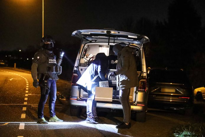 Een arrestatieteam van de politie viel vorige week ook al binnen bij de woonboerderij aan de Randwijkse Rijndijk tussen Heteren en Randwijk. De agenten zochten toen naar vuurwapens maar vonden die niet.