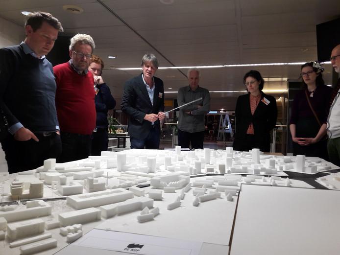 Architect Jan Poolen geeft op het stadhuis tekst en uitleg bij de ontwikkeling van de Kop van Isselt.