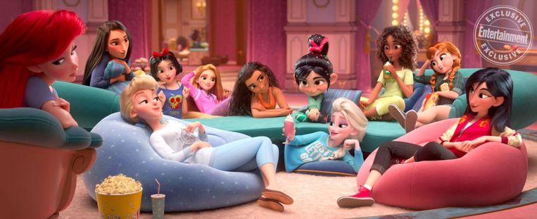 Het plaatje van de Disneyprinsessen gezellig samen in vrijetijdskleding dat het internet gek maakt.