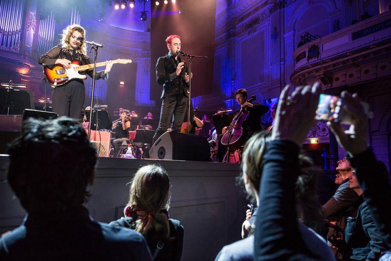 Zangeres Anna Calvi tijdens haar optreden met het orkest. Beeld Cigdem Yuksel
