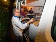 Het cafetaria-gevoel van Bertus slaat weer om naar passie nu gasten in hun camper dineren op zijn parkeerterrein in Wissel