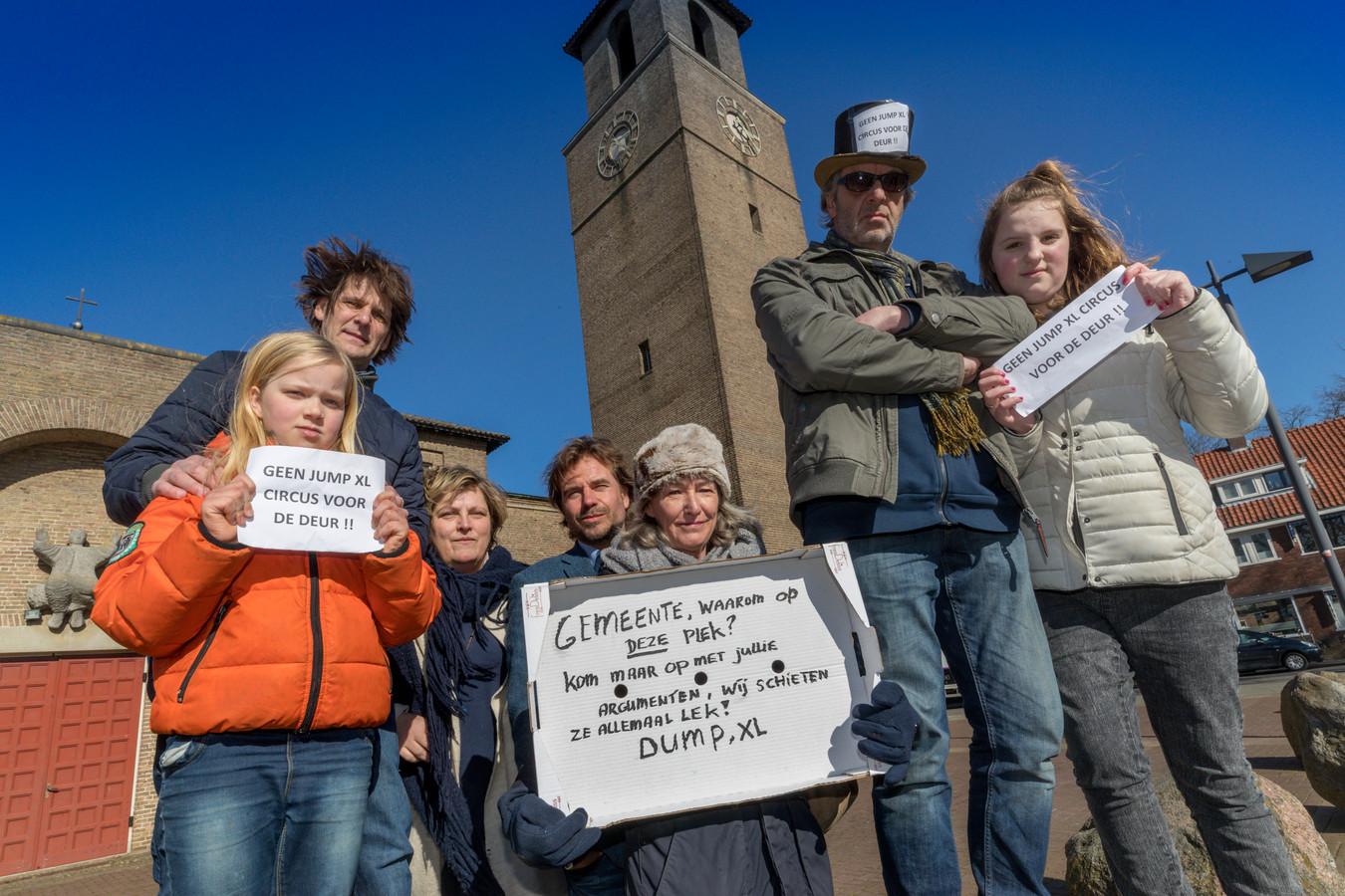 Archieffoto. Den Bosch, bewoners van het Schaarhuisplein protesteren tegen de komst van een trampolinecentrum in de kerk. Den Bosch, bewoners van het Schaarhuisplein protesteren tegen de komst van een trampolinecentrum in de kerk. Met onder meer Frank van den Vijver (linksboven op steen), Cariola van Beek (rechts daarnaast), Aniet Bruiniks (midden, met bord) en Karel Boonzaaier (op steen rechts).