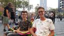 Max en Daan in de rij voor Dunkin' Donuts.
