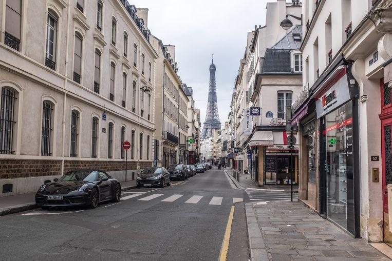 Parijs tijdens totale lockdown vanwege het Coronavirus. Vanaf dinsdag mogen mensen alleen nog maar met een speciaal formulier en goede reden de deur uit.  Beeld Joris Van Gennip