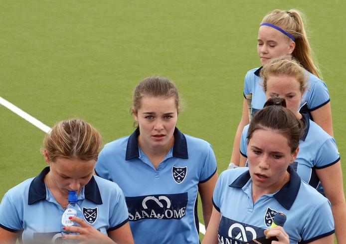 De speelsters van Nijmegen verlaten teleurgesteld het veld.