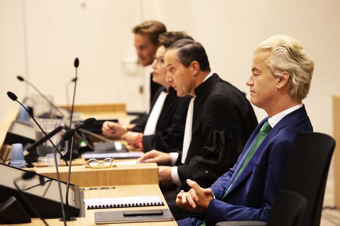 PVV'er Geert Wilders wil dinsdag naar de rechtszaak tegen de Pakistaan die ervan wordt verdacht dat hij een terroristische aanslag op de politicus wilde plegen.