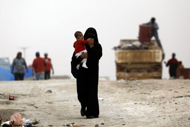 Een moeder loopt met haar kind door het kamp Ain Issa, in het noorden van Syrië. Beeld null