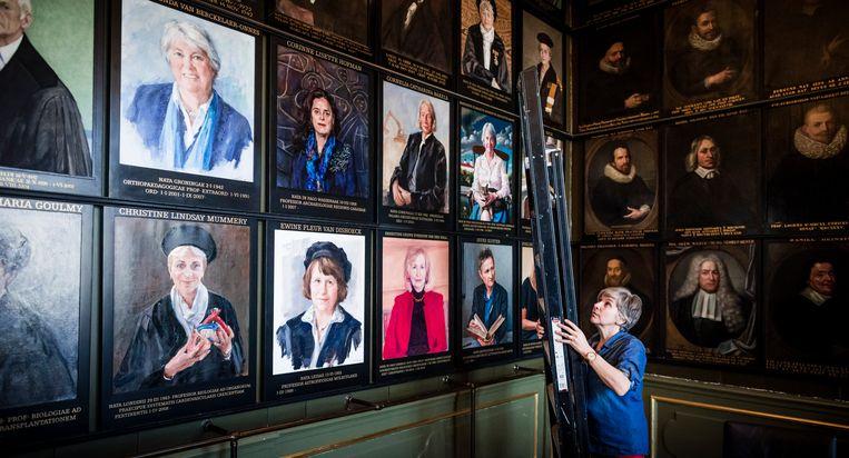 Portretten van vrouwelijke hoogleraren in de Senaatskamer van de Universiteit Leiden. Oude schilderijen worden vervangen door nieuwe. Beeld Freek van den Bergh / de Volkskra