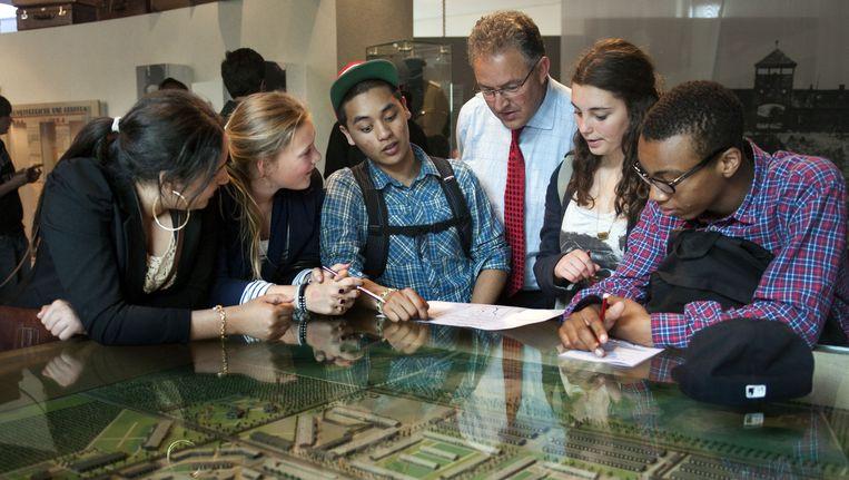 Aboutaleb bracht ook in 2011 met scholieren een bezoek aan Westerbork. Beeld anp