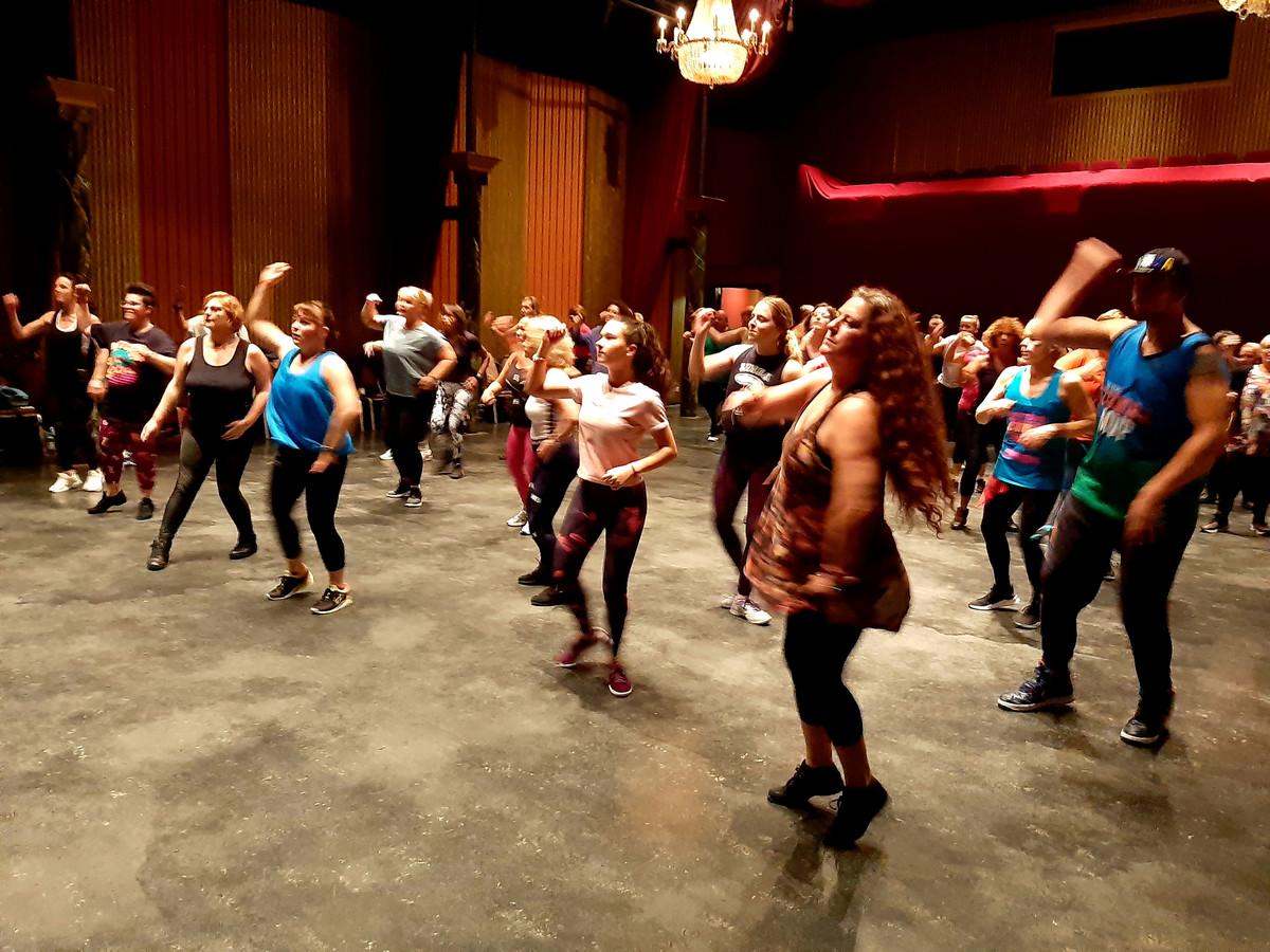 Zo'n vijftig dansers gingen drie uur lang los op Zumba in het Arsenaaltheater voor het goede doel, Dromen voor Duchenne.