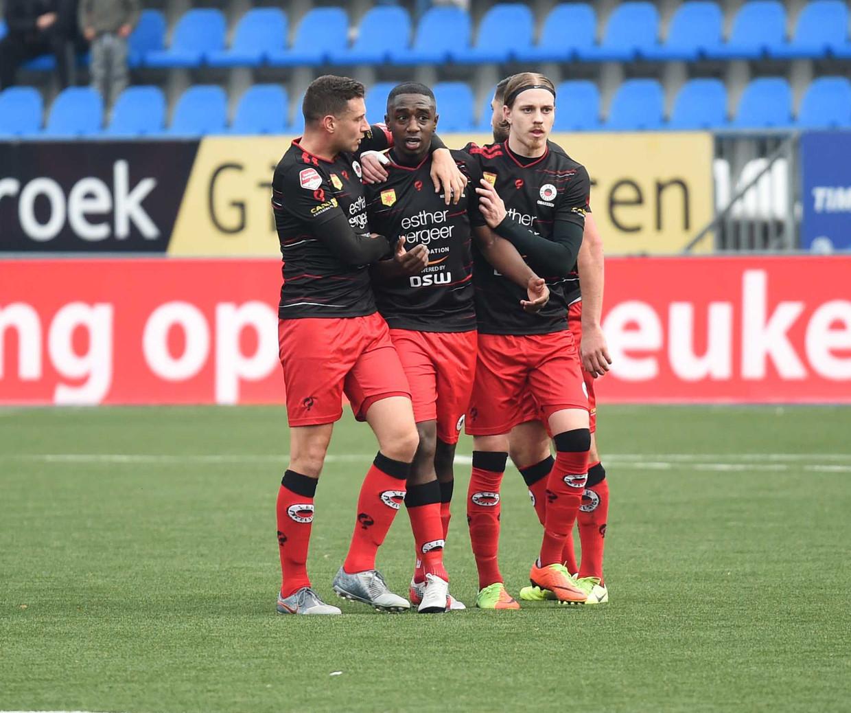 Excelsior-speler Ahmad Mendes Moreira (midden) wordt in de wedstrijd tegen FC Den Bosch gesteund door medespelers. Het duel werd zondag enige tijd stilgelegd, nadat Mendes Moreira vanaf de tribune racistisch was bejegend.