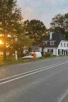 Automobilist laat zich afleiden door navigatie en rijdt vol een tuin in bij Rhenen