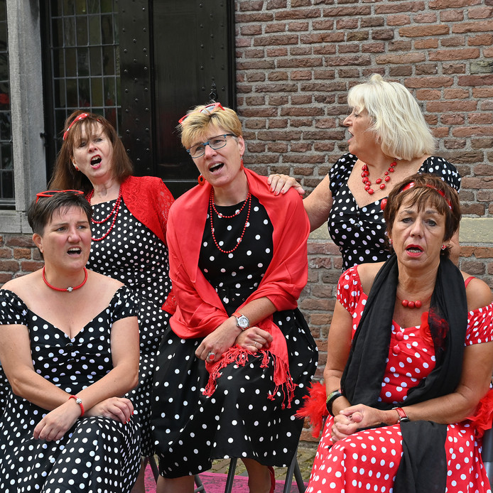 De Madammmekes (Nijmegen) zongen bij de Hoofdwagt.