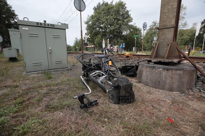 De driewieler werd volledig in elkaar gereden door de trein.
