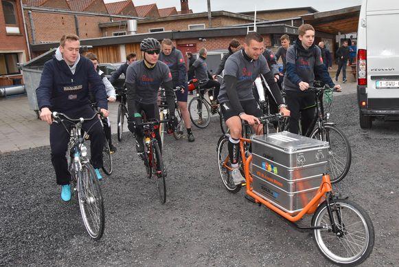 Met zelfgemaakte bakfiets van Menen naar Amsterdam - hier een sfeerbeeld bij het vertrek