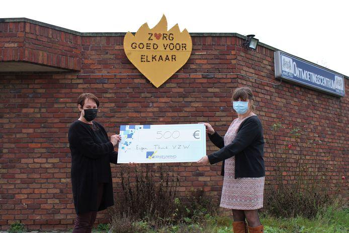 Chantal Lauwers overhandigde de cheque aan directeur Katty Stas.