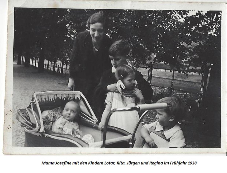 Regina in 1938 in de kinderwagen, met haar moeder en broertjes en zusje.