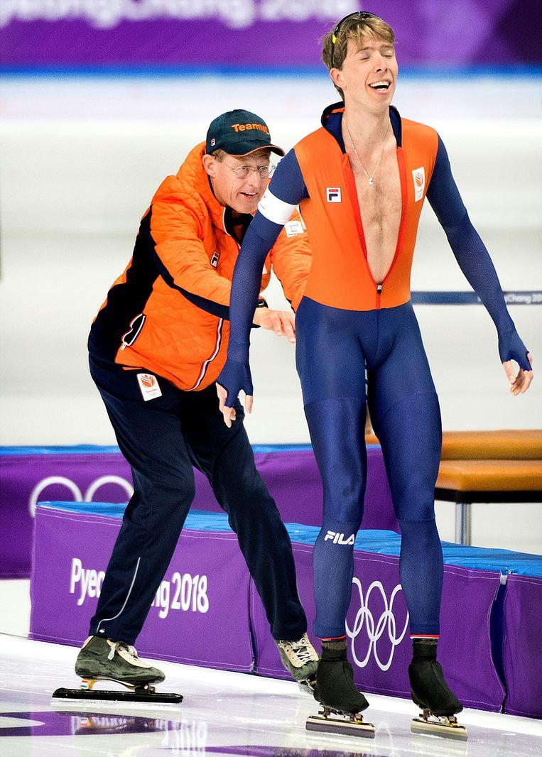 Zuid-Korea, Pyeongchang. Jillert Anema duwt zijn pupil Jorrit Bergsma na zijn zilveren rit op de 1000 meter. 15 februari 2018. Beeld Klaas Jan van der Weij
