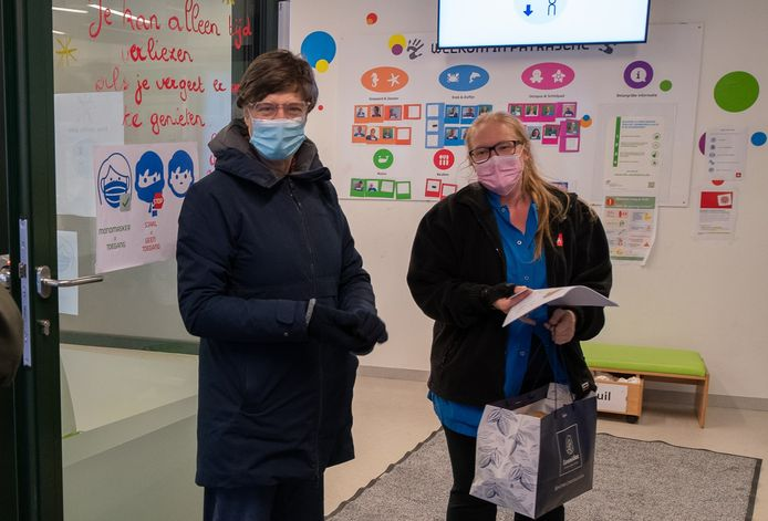 Mie Branders (PVDA) verraste het personeel van kinderopvang Patrasche met gebak.