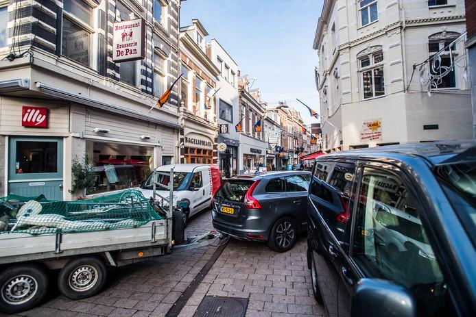 Drukte door laden en lossen in de Koningstraat in de Arnhemse binnenstad.