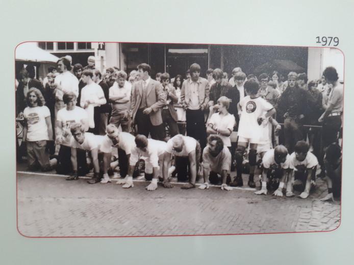 De kruipwedstrijden op de Markt in Geertruidenberg trokken hordes publiek.