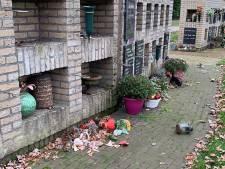 Vandalen trekken urnen uit muur op begraafplaats in Oldenzaal: 'Ontzettend respectloos'