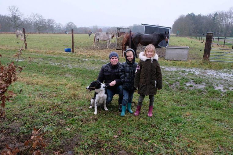 Tim Peeters met de kinderen Lilly en Vic, en de hond van het gezin op de plaats waar de zitbank is verdwenen.
