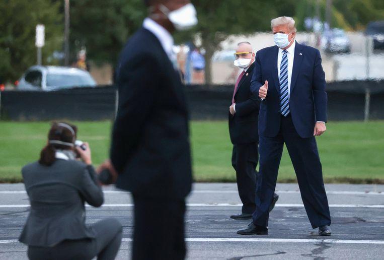 Trump maandag na zijn vertrek uit het ziekenhuis. Beeld Reuters