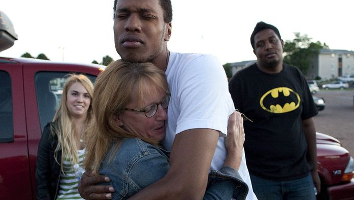 Getuigen van de schietpartij vallen elkaar in de armen.