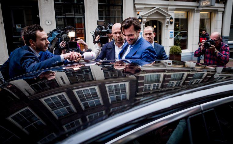 Fractievoorzitter van Forum voor Democratie Thierry Baudet stapt, in 2017, de auto van de partij in.  Beeld Freek van den Bergh