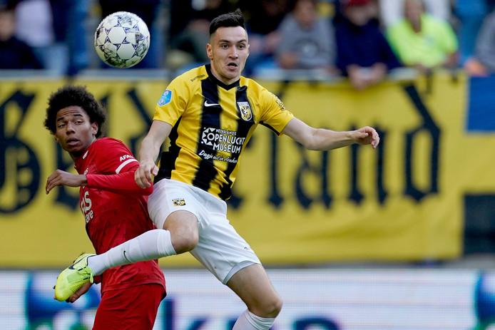 Vyacheslav Karavaev in duel met Calvin Stengs van AZ Alkmaar.