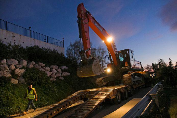Een graafmachine wordt aangevoerd op de plek waar reddingswerkers een tunnel proberen te graven die moet leiden naar de 2-jarige peuter Julen.
