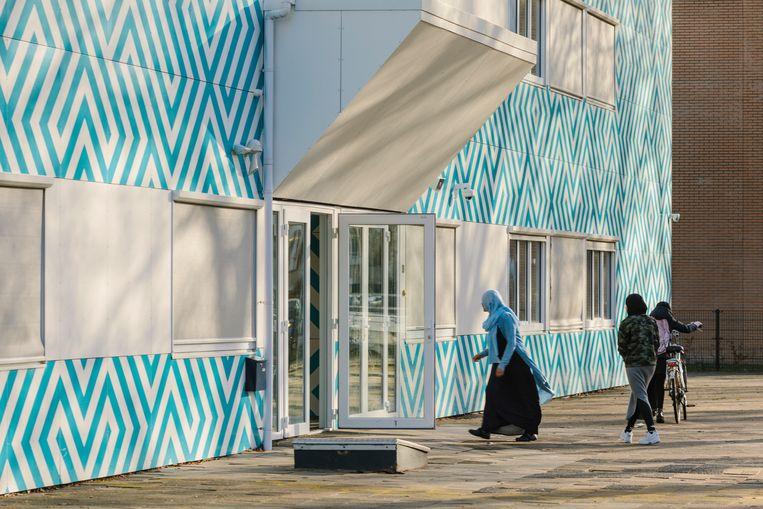 Het Cornelius Haga Lyceum, een islamitische middelbare school aan de Naritaweeg in Amsterdam. Beeld Marc Driessen