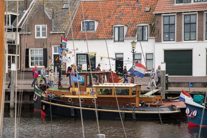 Een van de rijk versierde schepen in Elburg.