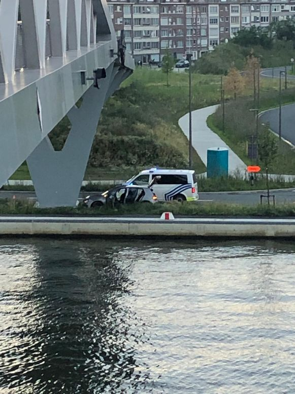 De achtervolging strandde tegen de fietsersbrug aan de Vaartkaai in Merksem.