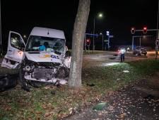 Bestelbus rijdt tegen boom na botsing op kruispunt: drie mensen naar ziekenhuis