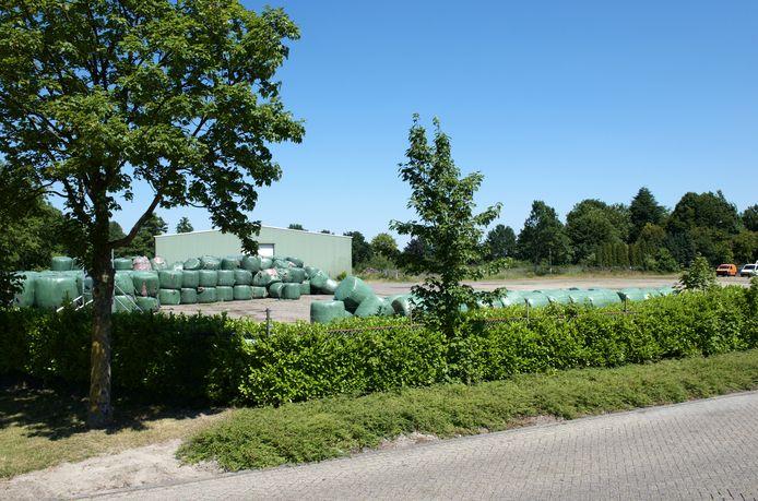Meer dan 1.000 kubieke meter vuil ligt in plastic te stinken aan de Handelsstraat in Hardenberg.