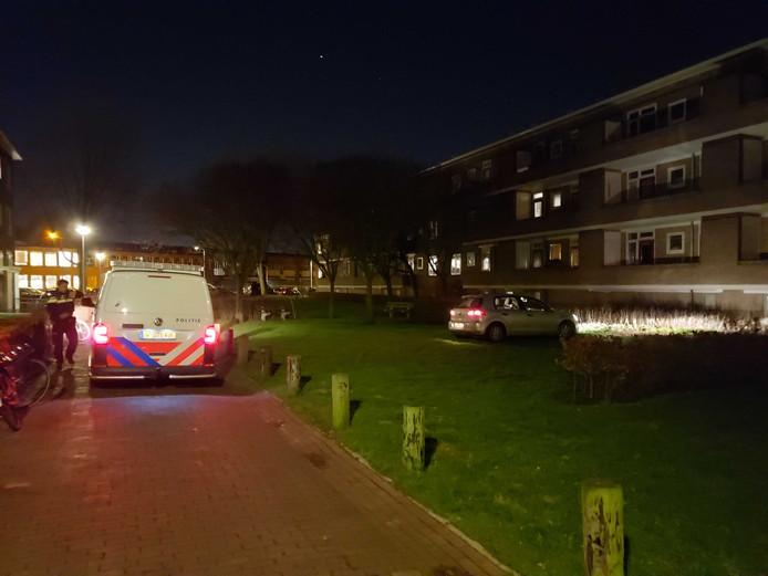 Met de koplampen van een auto verlicht de politie de gevel van een flat aan de Meppelerstraatweg in Zwolle.