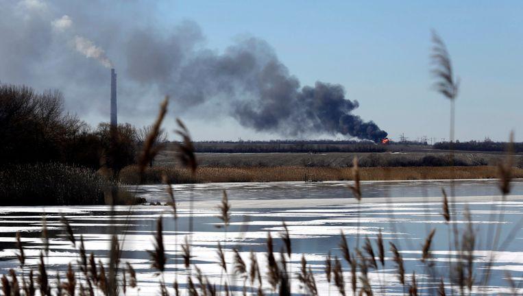 Rook stijgt op bij een energiecentrale nabij Debaltseve. Beeld EPA