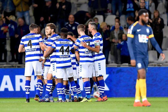 De spelers van De Graafschap vieren een doelpunt tegen FC Eindhoven.
