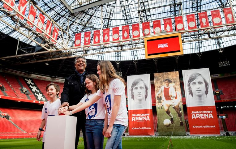 Frank Rijkaard en de kinderen van Eberhard van der Laan namens de familie Cruijff tijdens de onthulling. Beeld ANP