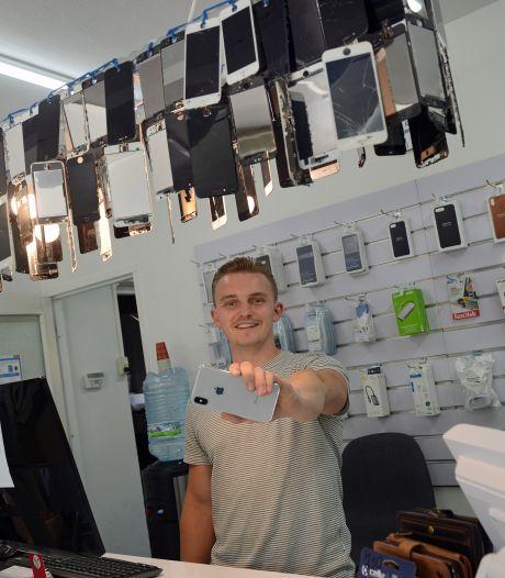 Doordeweeks repareert Andriy smartphones, in het weekend verkoopt hij chalets