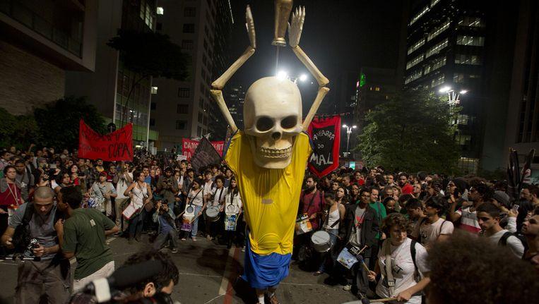 Honderden demonstranten gingen in Sao Paulo de straat op om te protesteren tegen het WK voetbal. Beeld ap