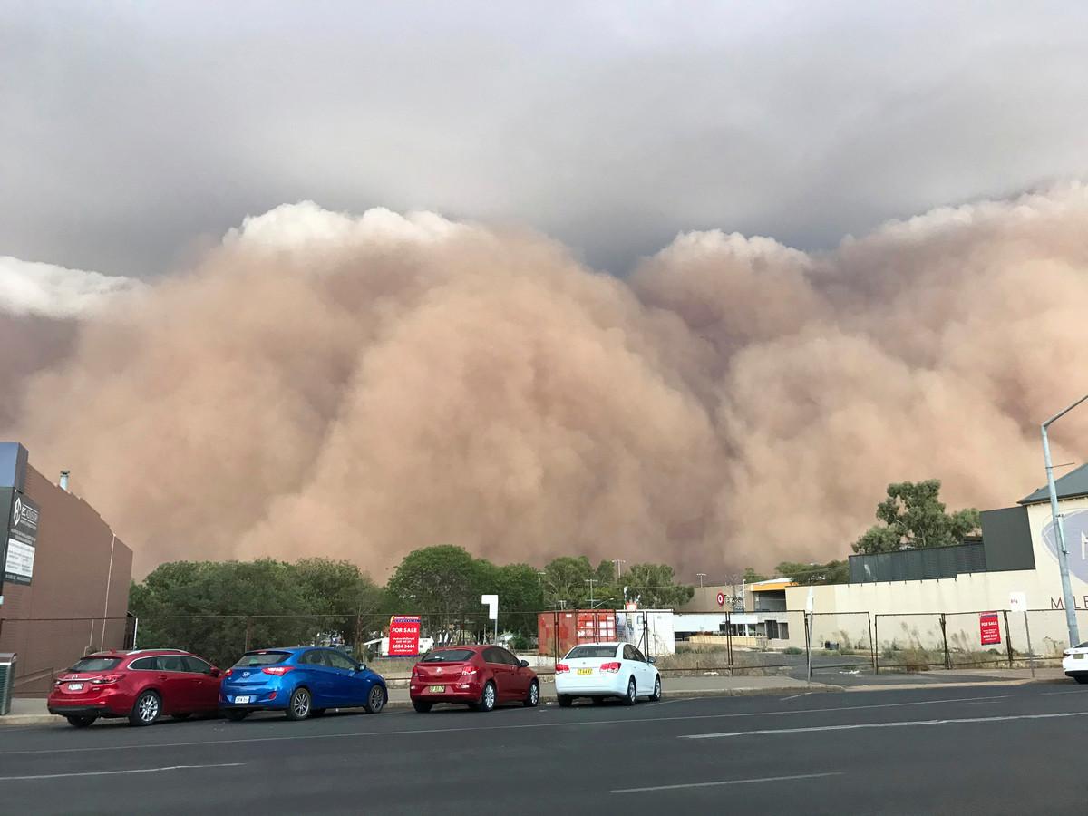 Windstoten van 107 kilometer per uur blazen stofwolken het Australische plaatsje Dubbo in, vierhonderd kilometer ten westen van Sidney.