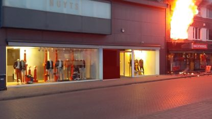 Pand van nachtwinkel in Meerhout in lichterlaaie: gezin met kinderen geraakt net op tijd buiten