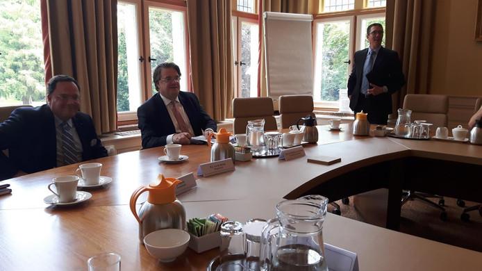 Commissaris van de Koning Van de Donk (rechts) en burgemeester Van de Mortel van Vught beantwoordden vragen van de pers.